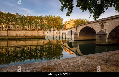 A principios de verano por la mañana en Ile Saint Louis. Aspen árboles que bordean el río Sena banco por Pont Marie y Quai d'Anjou - Paris, Francia