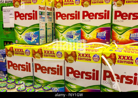 Persil detergente en polvo en una estantería de supermercado