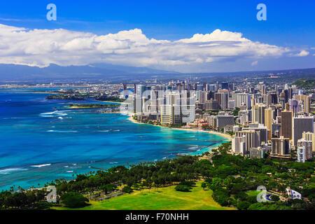 Horizonte de Honolulu, Hawaii y el área circundante, incluyendo los hoteles y edificios en Waikiki Beach