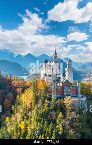 El castillo de Neuschwanstein en otoño, Alpsee detrás, Schwangau, Ostallgäu, Allgäu, suabia, Alta Baviera, Baviera, Alemania