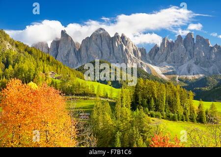 Val Di Funes, provincia de Tirol, Alpes Dolomitas, montañas paisaje otoñal, Italia