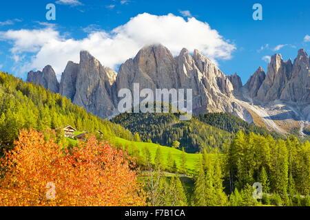 Los paisajes de las montañas Dolomitas en otoño, provincia de Tirol, Alpes, Italia