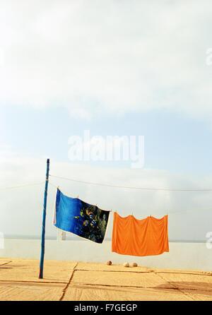 Coloridas toallas de playa a mano seca en un camping en Sidi Ifni. Marruecos