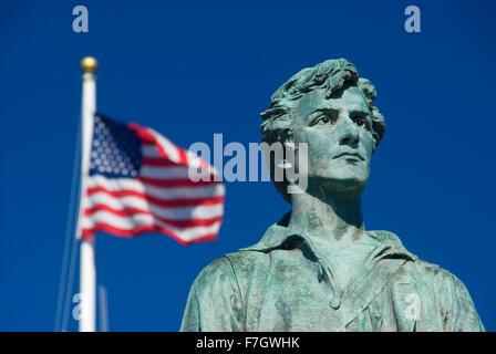 El capitán Parker estatua en Battle Green con bandera americana, Lexington Green, Lexington, Massachusetts