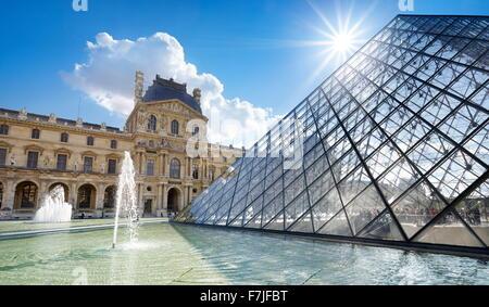Pirámide de Cristal del Museo del Louvre, París, Francia