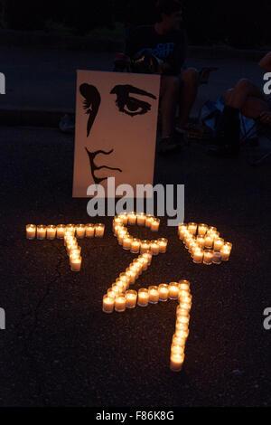 Vigilia nocturna durante la semana de Elvis, Graceland, Memphis, Tennessee, EE.UU. Foto de stock