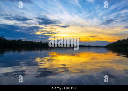 Espectacular puesta de sol reflejada en el río Javari en el bosque lluvioso del Amazonas en Brasil