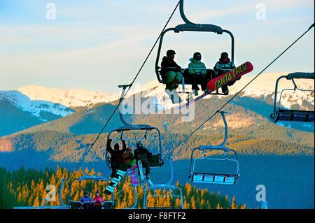 La gente en un telesquí en Bukovel. Bukovel es la estación de esquí más popular de Ucrania.