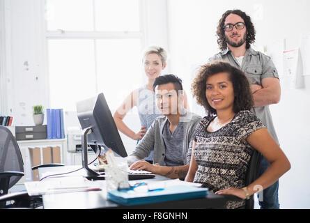 Gente de negocios sonriendo en la oficina