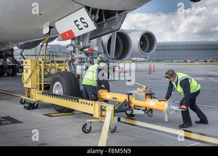 Ground Crew la fijación de la barra de remolque en aviones A380 en el aeropuerto
