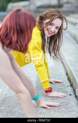 Mujer joven haciendo push-ups en pasos