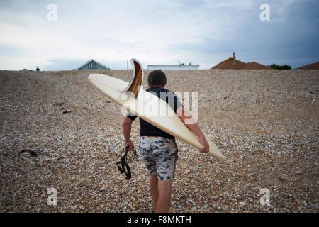 Surfer llevar tablas de surf en la playa