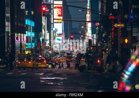 La Ciudad de Nueva York - 20 de septiembre: vista nocturna de Manhattan Broadway de tráfico, el 20 de septiembre de 2015.