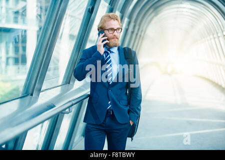 Hombre de negocios hablando por teléfono móvil Foto de stock
