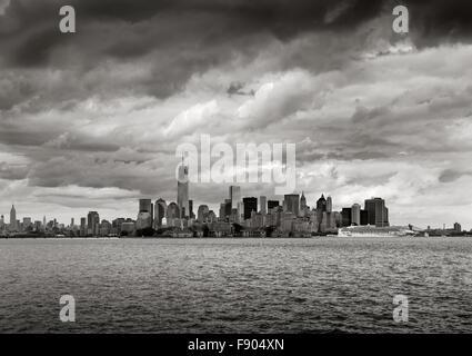 El puerto de Nueva York, vista en blanco y negro rascacielos de Manhattan, Nueva York. El One World Trade Center se eleva hacia las nubes bajas Foto de stock