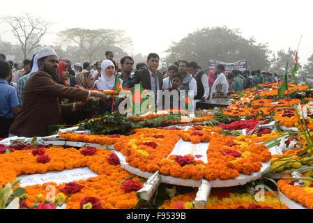 Dhaka, Bangladesh. 14 de diciembre de 2015. Pueblo de Bangladesh rendir homenaje con flores en la parte delantera del martirizado Memorial en Rayerbazar intelectual en Dhaka, Bangladesh, 14 de diciembre de 2015. Bangladesh observó intelectuales martirizados en conmemoración del Día del martirio de los miembros de la intelligentsia, que fueron asesinados en la fag finales de la guerra de liberación de Bangladesh. Las víctimas de este genocidio fueron mayormente eminentes académicos, litterateurs, doctores, ingenieros, periodistas y otras personalidades destacadas. © Shariful Islam/Xinhua/Alamy Live News
