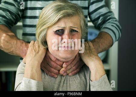 Retrato de una mujer víctima de la violencia doméstica. El hombre abusando de altos mujer con ojo negro-