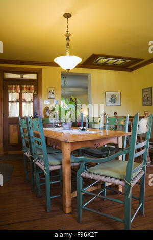 Mesa de comedor de madera con sillas de respaldo alto verde en la ...