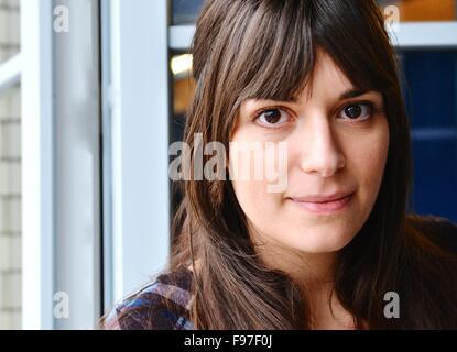 En primer plano el retrato de joven bella