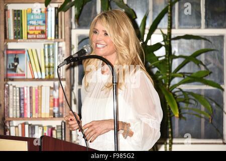 """Christie Brinkley signos ejemplares de su nuevo libro """"eterna belleza"""" en Reserve Revue en Huntington Featuring: Christie Brinkley donde: Huntington, Nueva York, Estados Unidos Cuándo: 13 Nov 2015"""