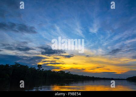Hermosa puesta de sol sobre el río Javari en el bosque lluvioso del Amazonas en Brasil