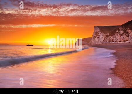 Los acantilados de la playa de puerta de Durdle en la costa de Dorset del sur de Inglaterra al atardecer.