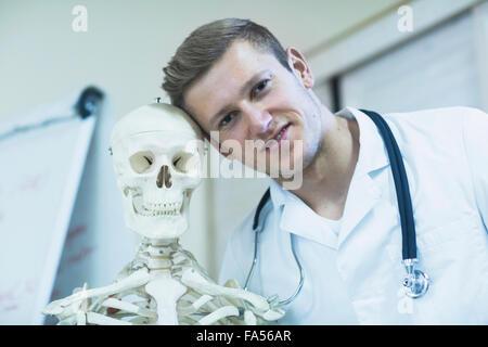 Retrato de un joven médico con esqueleto en el consultorio del médico, Friburgo de Brisgovia, Baden-Wurtemberg, Alemania