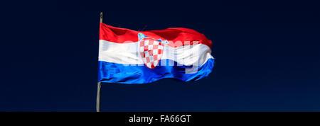 La bandera nacional de Croacia contra el cielo azul, Dubrovnik, del condado de Dubrovnik-Neretva, Costa dálmata, el Mar Adriático, en Croacia, de los Balcanes