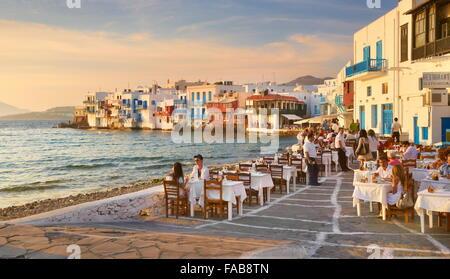 Restaurante al aire libre, la isla de Mykonos Old Town, Little Venice, en el fondo, Grecia Foto de stock