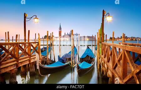 Una góndola veneciana amarrado en Grand Canal (Canal Grande) y San Giorgio Maggiore en segundo plano, Venecia, Italia