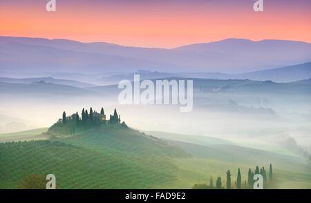Típico paisaje toscano, Val Dorcia al alba, Italia Foto de stock