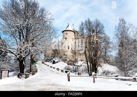 Dunajec Avance medieval Castillo de Niedzica, Polonia, en invierno.