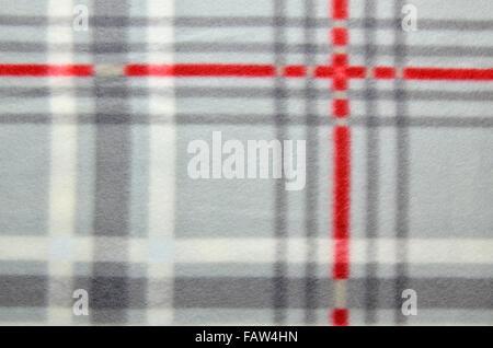 Cierre de un rojo-gris plaid manta acogedora