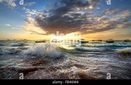 Los barcos de pesca en el océano al atardecer Foto de stock