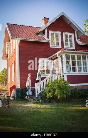 Suecia, Uppland, archipiélago de Estocolmo, Svartloga, familiares próximos a su casa de verano