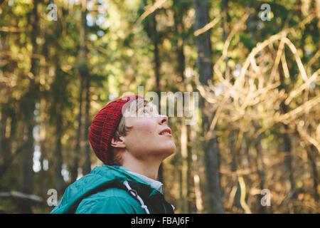 Finlandia, Esbo, Kvarntrask, Retrato de joven en el bosque, mirando hacia arriba