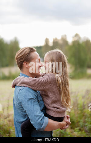 Finlandia, Uusimaa, Raasepori, Karjaa, padre e hija (6-7) frotando la nariz