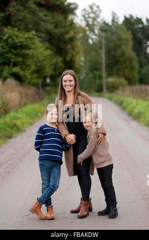 Finlandia, Uusimaa, Raasepori, Karjaa, Outdoor retrato de madre con dos hijas (6-7) Foto de stock