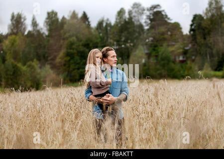 Finlandia, Uusimaa, Raasepori, Karjaa, Padre con su hija (6-7) mirando a ver
