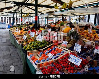 Mercado al aire libre bajo una carpa con puestos de fruta, Rialto, Venecia, Italia