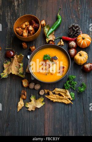 Deliciosa sopa de calabaza de otoño con crutones y perejil y decoración de Otoño
