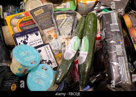 Los productos alimentarios en el check out contador en alemán tienda de descuento supermercado Aldi interior Gales Foto de stock