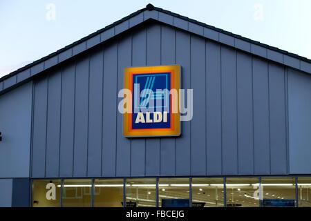 Vista exterior del supermercado Aldi firmar y logotipo Gales UK KATHY DEWITT Foto de stock