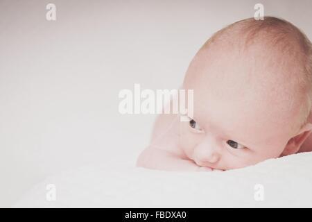 Lindo bebé acostado en la cama