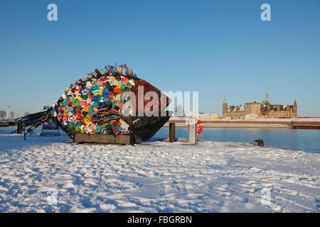 La carpa de oro besugo street art hechas por Yodogawa técnica de lavados de basura de plástico. Muestra en Elsinor cubiertos de nieve, Puerto, castillo Kronborg