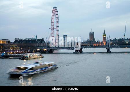 Big Ben Las Casas del Parlamento y el London Eye View desde Waterloo Bridge de noche en barco por el río en movimiento