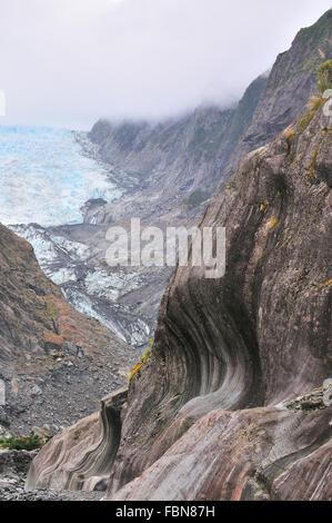 Patrones tallados en las paredes de roca esquisto vertical en el glaciar Franz Josef como se receeds debido a la fusión de hielo.Costa Oeste de Nueva Zelanda