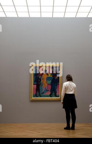 """Dresden, Alemania. 19 ene, 2016. Jenny, estudiante y pasante en las colecciones de arte Estatales de Dresde (SKD), mira la pintura """"vor dem trassenbild Friseurladen' (lit. Escena en la calle en frente de la peluquería' en 1926 por Ernst Ludwig Kirchner en el museo Albertinum de Dresden, Alemania, el 19 de enero de 2016. Las colecciones de arte Estatales de Dresde (SKD) pudieron adquirir la pintura expresionista alemán Kirchner (1880-1938) y lo presentó en el mismo día. Foto: ARNO BURGI/dpa/Alamy Live News"""