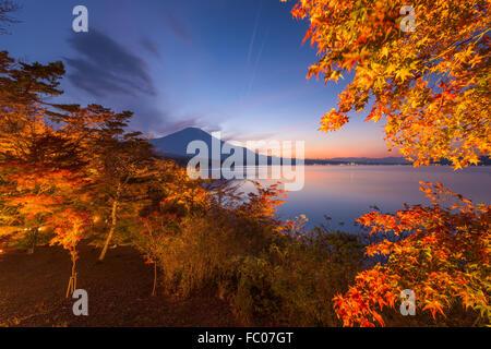 Mt. Fuji, Japón durante el otoño desde la orilla del lago Yamanaka.