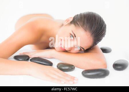 Pretty Woman disfruta mintiendo cerca piedras calientes